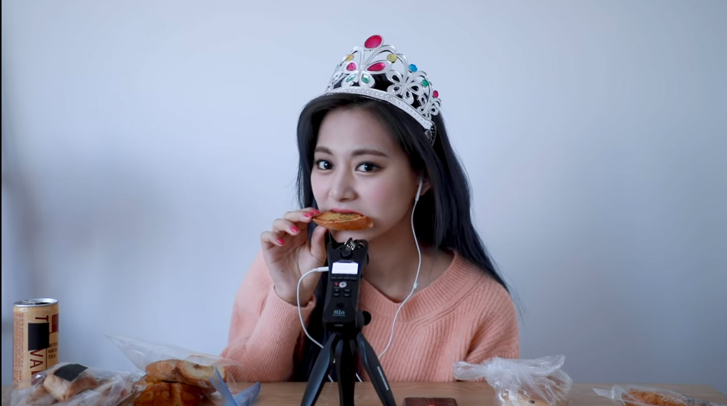 Eating French Bread Tzuyu.jpg